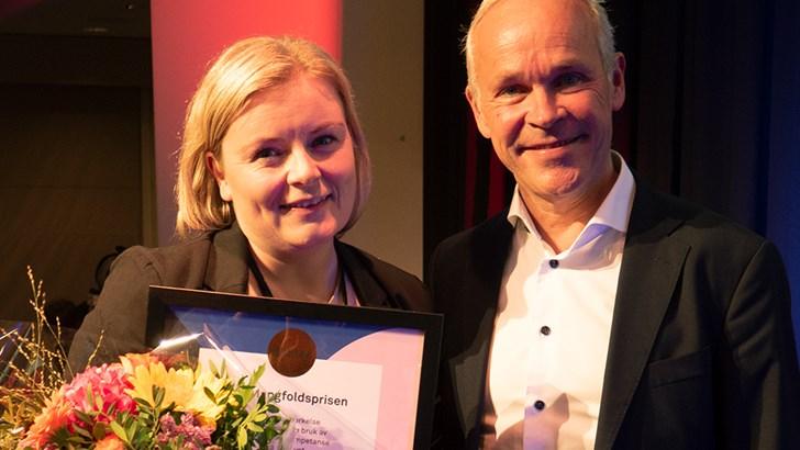 Hege Nilsen Ekberg, daglig leder i Stormberg, mottok blomster og diplom for Mangfoldsprisens bronseplass 2019, fra kunnskaps- og integreringsminister Jan Tore Sanner.