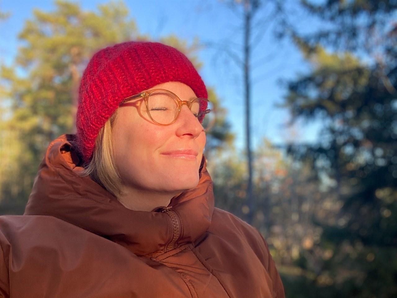 VIKTIG DAGSLYS: Det å komme seg ut og kjenne sola i ansiktet i løpet av dagen kan bety mye for trivselen på hjemmekontoret. Foto: Synne Kvam