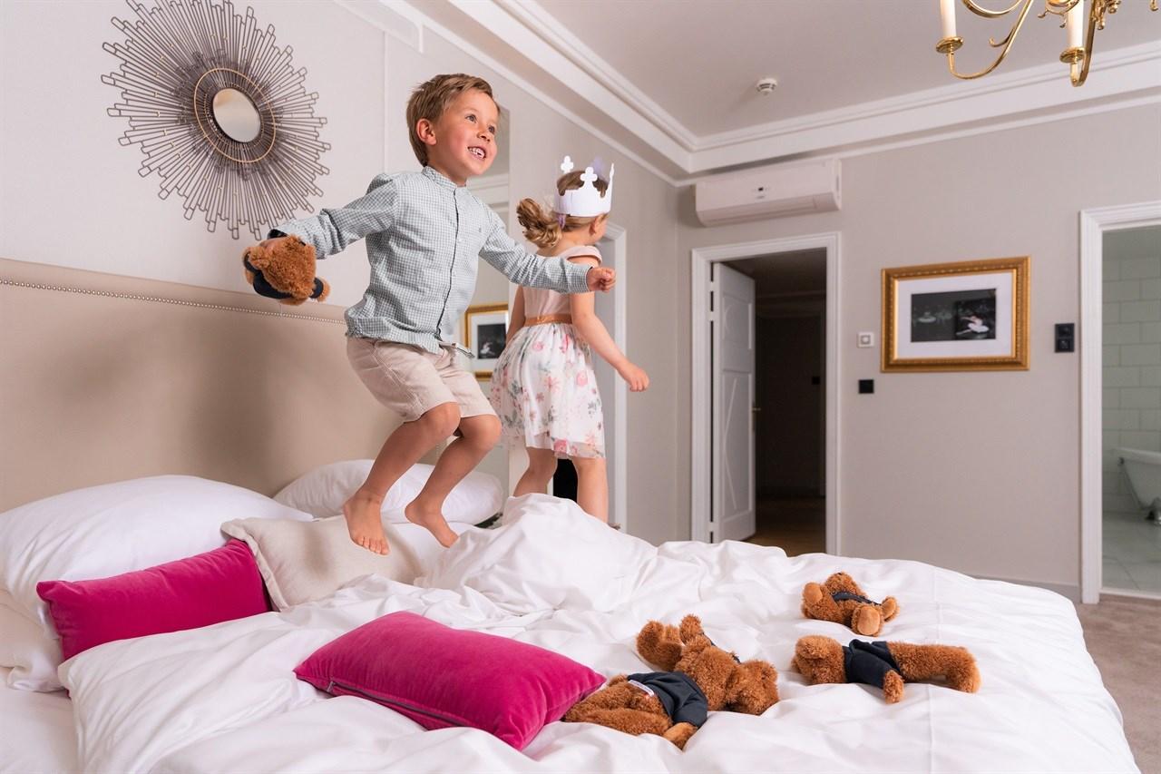 Barn som hopper i seng på Grand Hotel Oslo