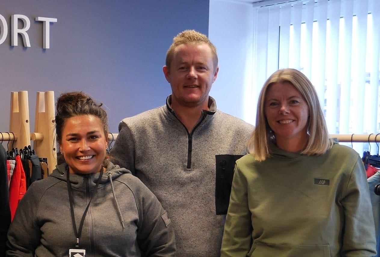 Fra venstre; Nataly Sevland Løkkeberg, salgs og markedsdirektør, Henning Skogstad, daglig leder i Skogstad sport as og Ann-Kristin Skogstad, daglig leder i Skogstad detalj as, holder tøylene i den familieeide bedriften Skogstad Sport as.