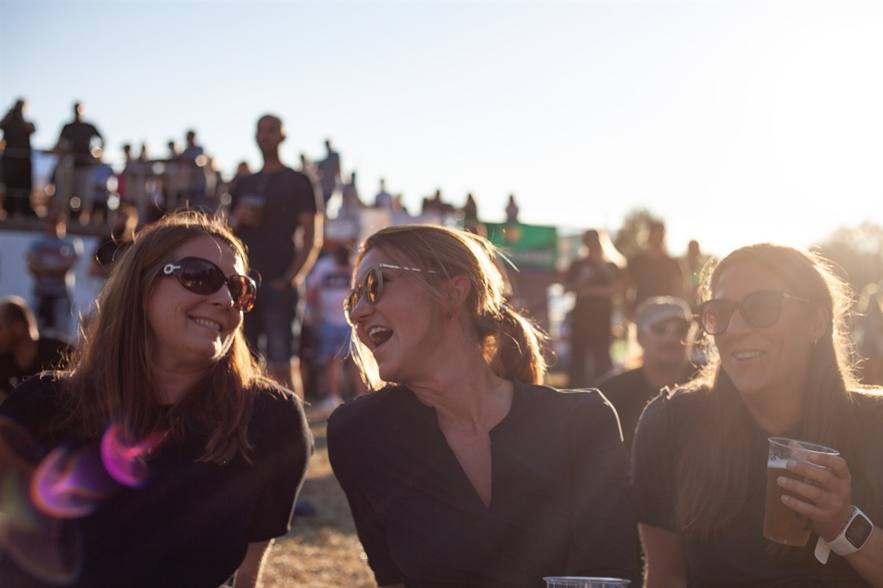 Hilde Teie, Linda Aasen og Brenda Castillo nyter perfekt festivalvær! Foto: Kristian Kilde