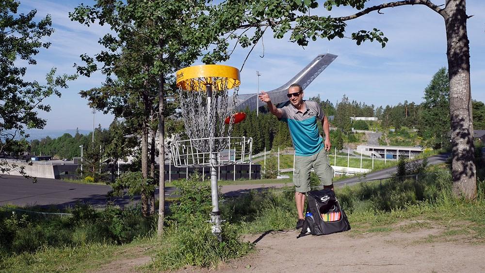Sune Wentzel, prosjekterer baner og selger frisbeegolfutstyr, og er selv 6 ganger verdensmester i frisbee.