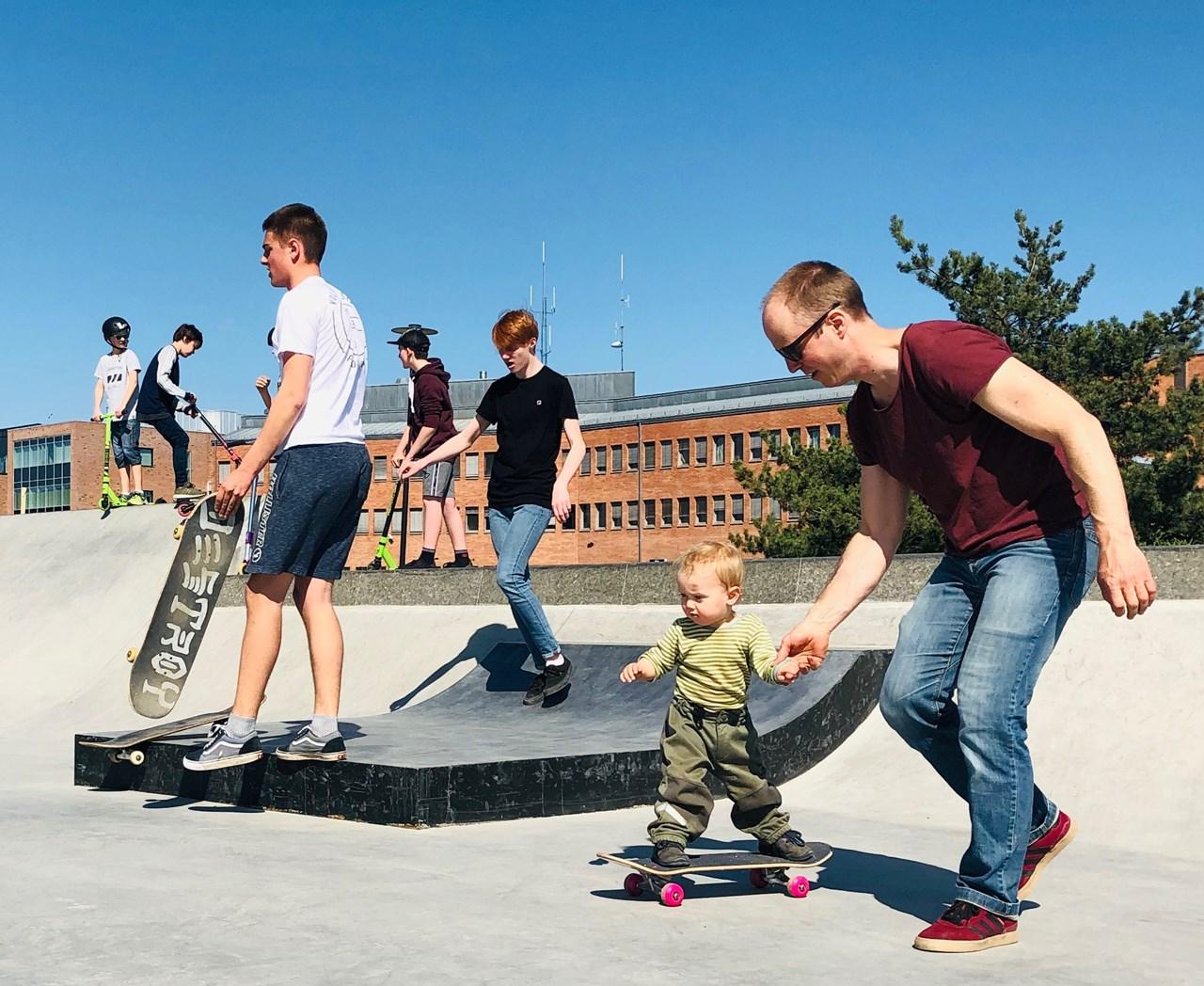ALLESKALMED:Christoffer Imislund er selv en ivrig skater og tok med seg barna Ola (1) og Liv (3) til Lillestrøm Skatepark. - Utrolig gøy for oss alle, sier han fornøyd.