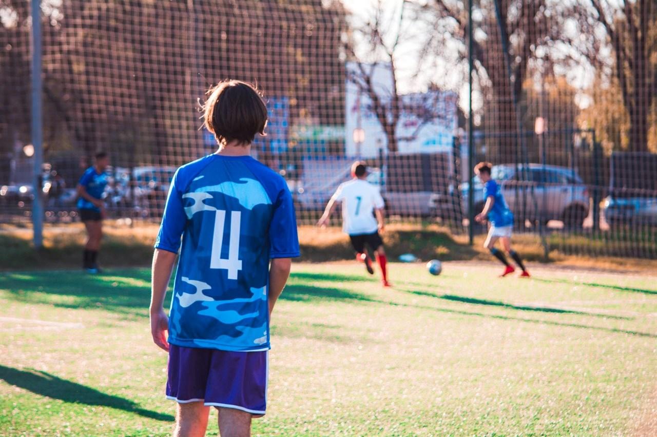 In de pubertijd ontstaan vaak grote verschillen in de fysieke volwassenheid van spelers. Biobanding speelt daarop in.