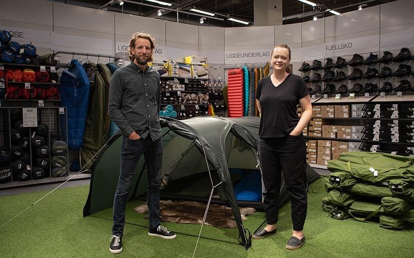 Kristian Hvaara, kategoridirektør for outdoor i XXL og Barents-gründer Nora Helliksen samarbeider om nye bærekraftige løsninger.