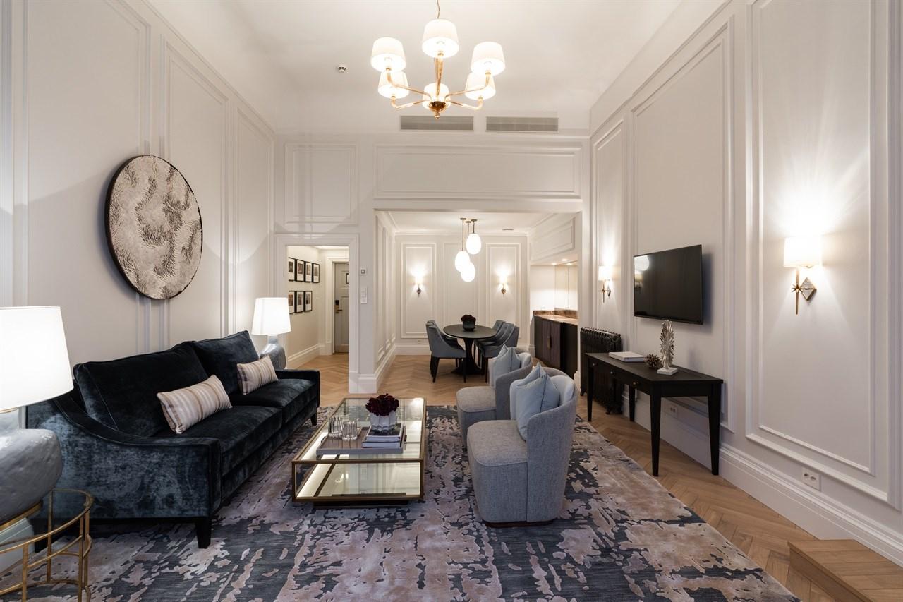 Sofagruppe med spisestue i bakgrunnen, i Nobelsuiten på Grand Hotel Oslo