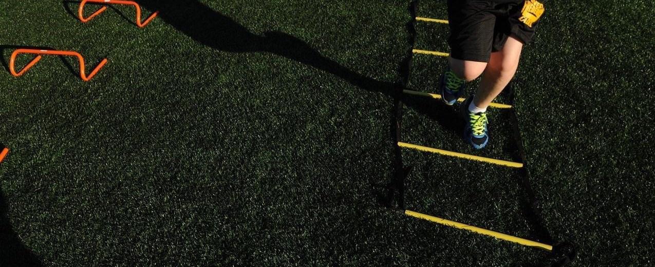 Agility ladders helpen bij de ontwikkeling van de laterale en lineaire voetsnelheid van spelers. Afbeelding: U.S. Air Force photo/ Airman 1st Class Nesha Humes