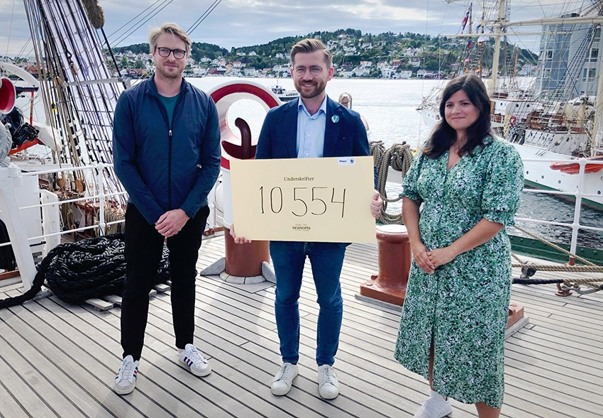 "I dag mottok Rotevatn resultatet av underskriftskampanjen ""Save The Seasons"". T.v. CEO i Bergans, Jan Tore Jensen, klima- og miljøminister, Sveinung Rotevatn og generalsekretær i WWF, Karoline Andaur."