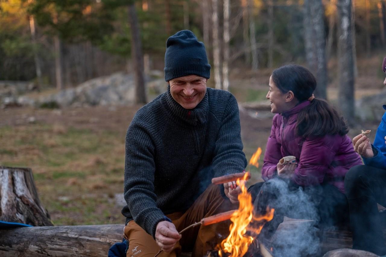 SOSIALT: Bålbrenning er en hyggelig og sosial aktivitet på tur. Foto: Gard Eirik Arneberg/ Norsk Friluftsliv
