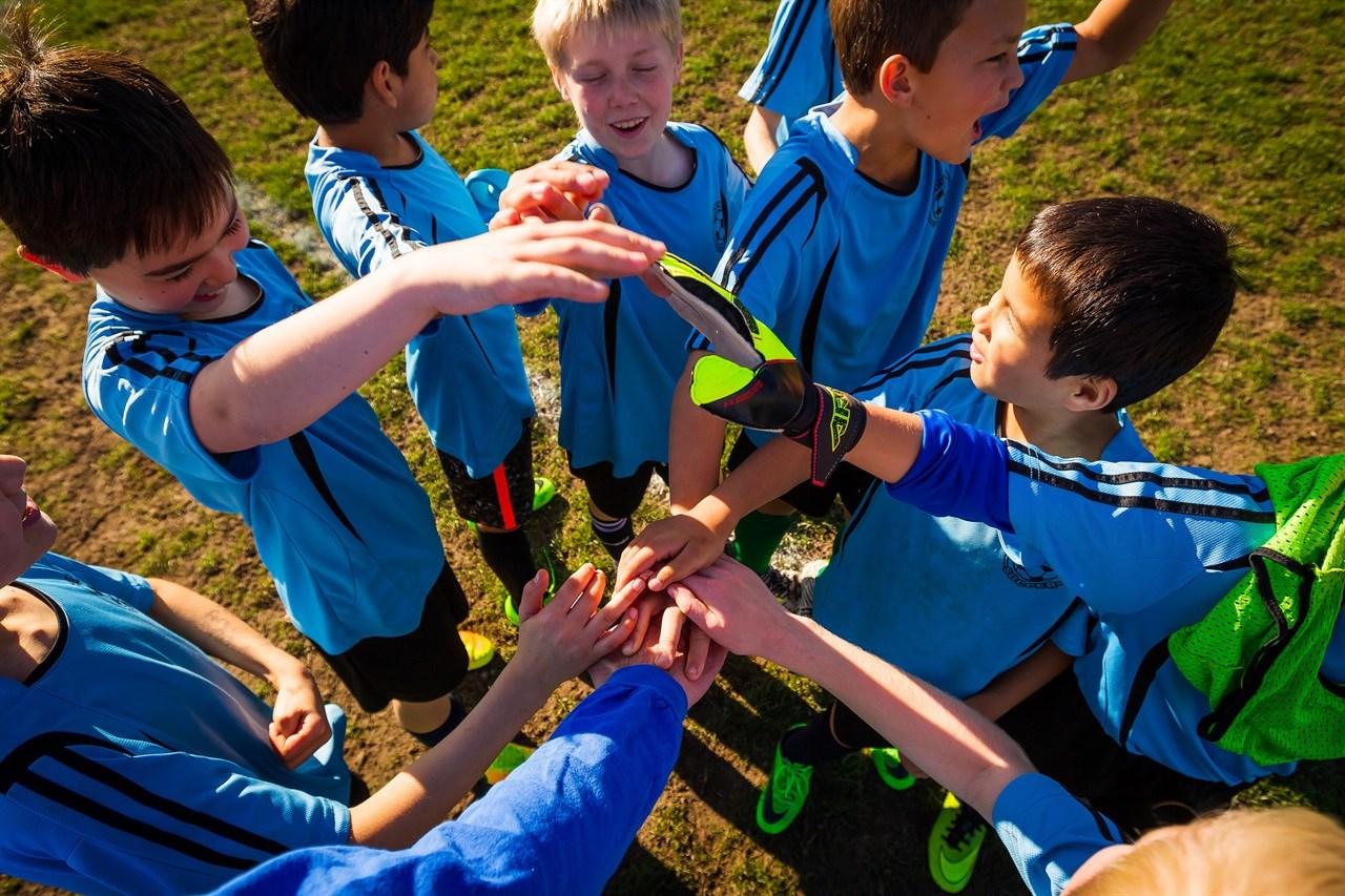 Barn gjør seg klare til fotballkamp