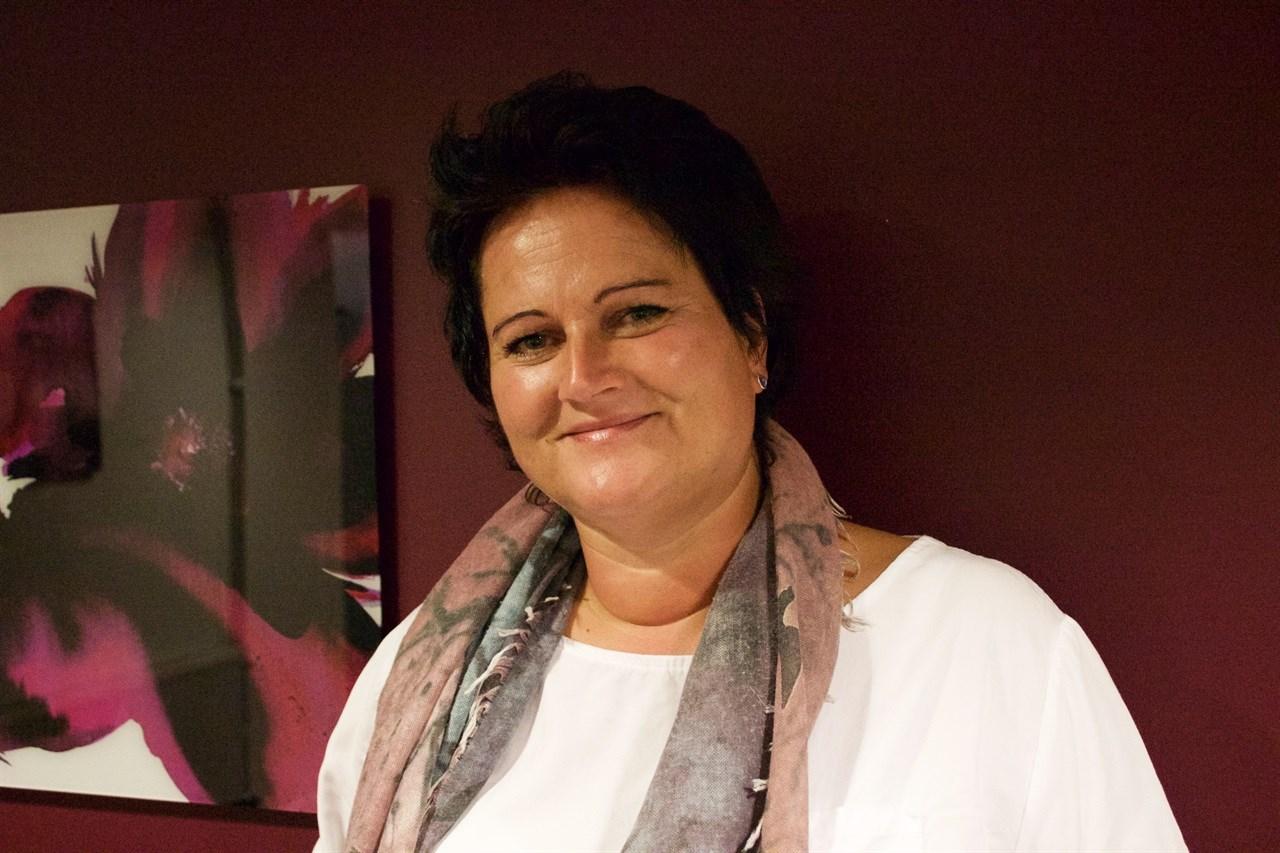 Tove Fausk Buen introduserer lysvandring i Skedsmo på verdensdagen for psykisk helse 8.oktober. Vær raus og bli med, oppfordrer hun. Foto: Thea Kristine Rønsen.