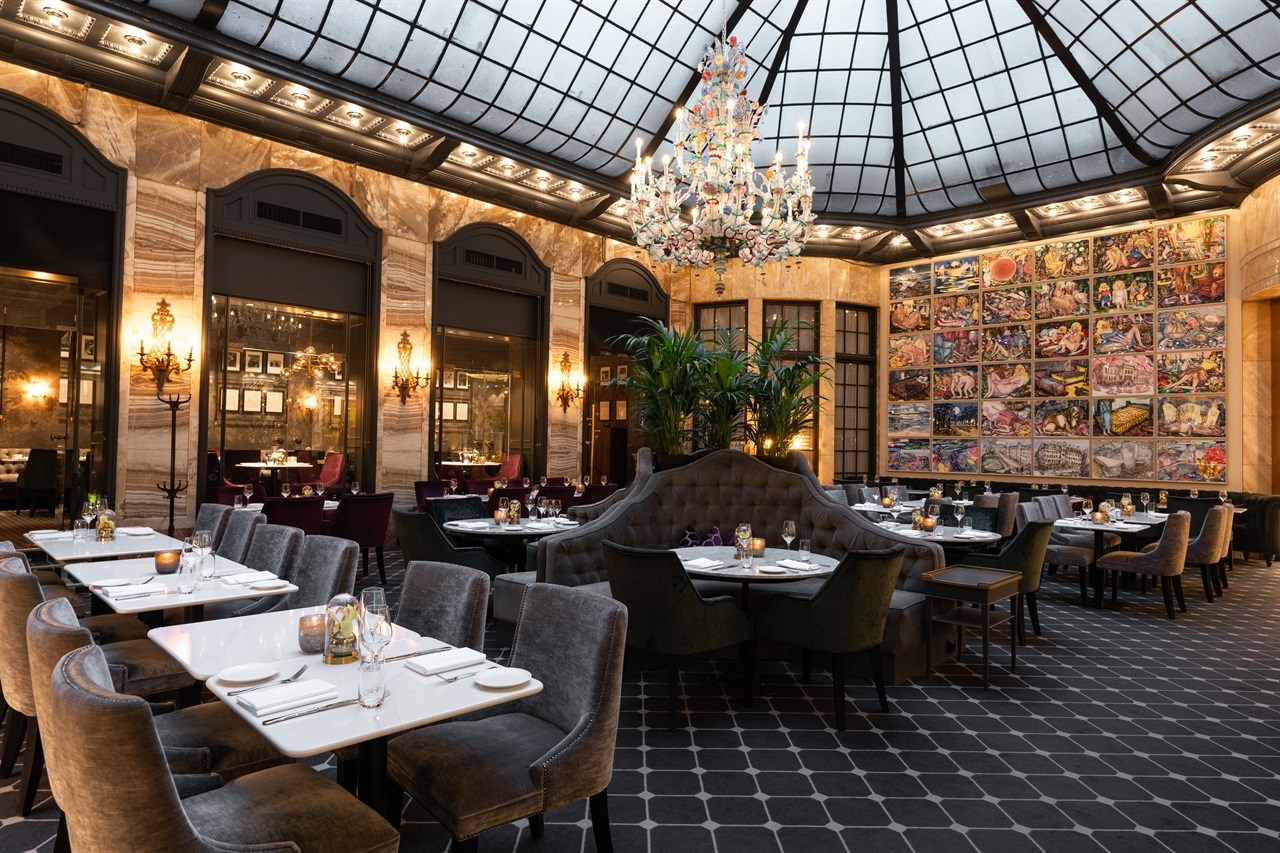 Nyt kulinariske måltider i Palmen Restaurant omgitt av kunst og interiør i verdensklasse.