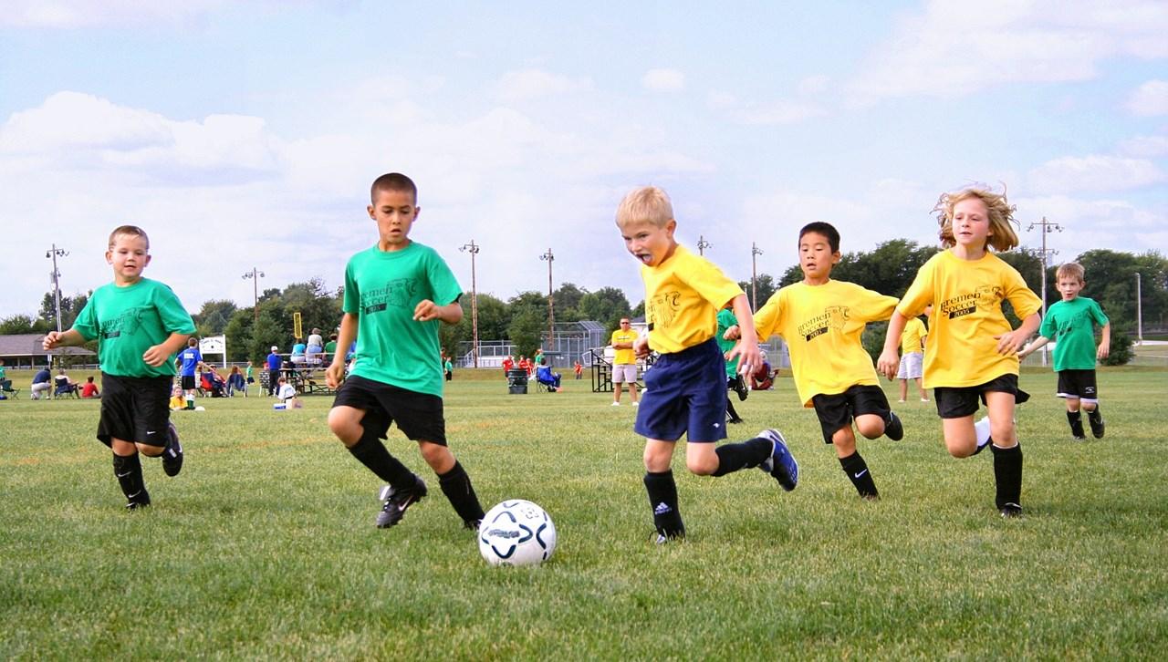 Omdat de F-pupillen het liefst zelf aan de bal zijn, ontstaat er vaak 'kluitjesvoetbal'