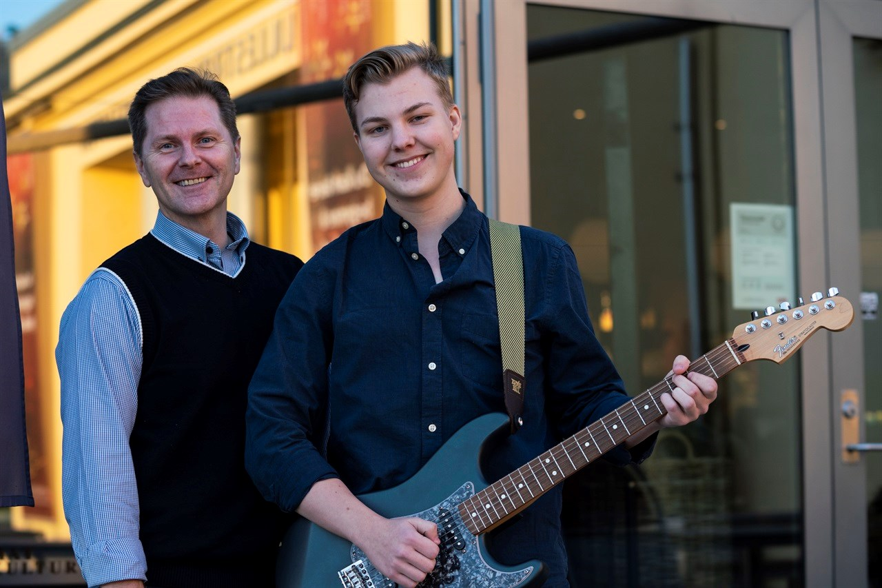 HEDRER PATRICK: Avdøde Patricks onkel Ronny Michael Hermansen er initiativtager tilstøttekonserten «Golden Child», der billettinntektene går til kampen mot kreft hos barn. Hans sønn og Patricks fetter, Michael Hermansen (17), er gitarist og medvirker i to band under konserten på Lillestrøm Kultursenter onsdag 1. april 2020.